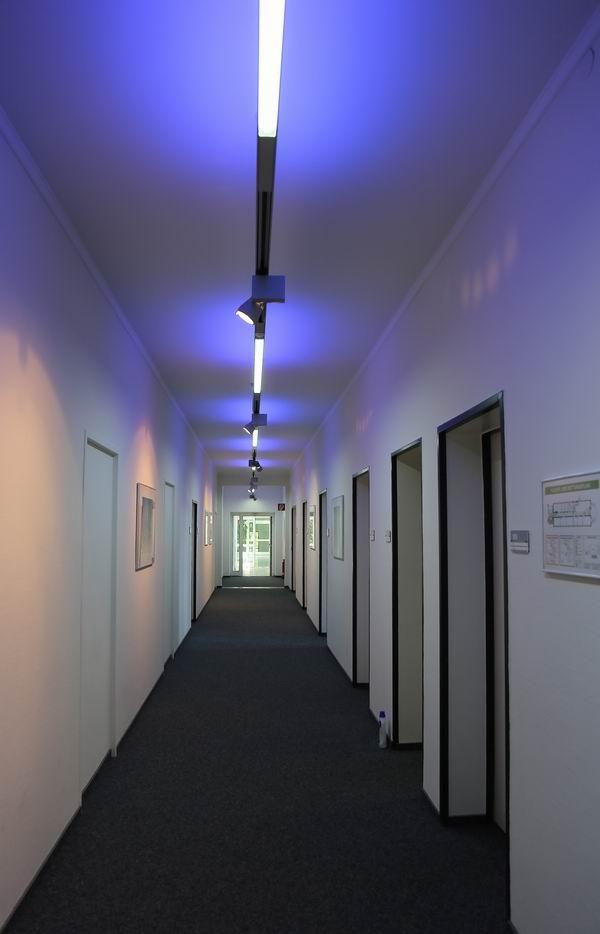 die grundbeleuchtung ist blau erst wenn der bewegungsmelder eine. Black Bedroom Furniture Sets. Home Design Ideas